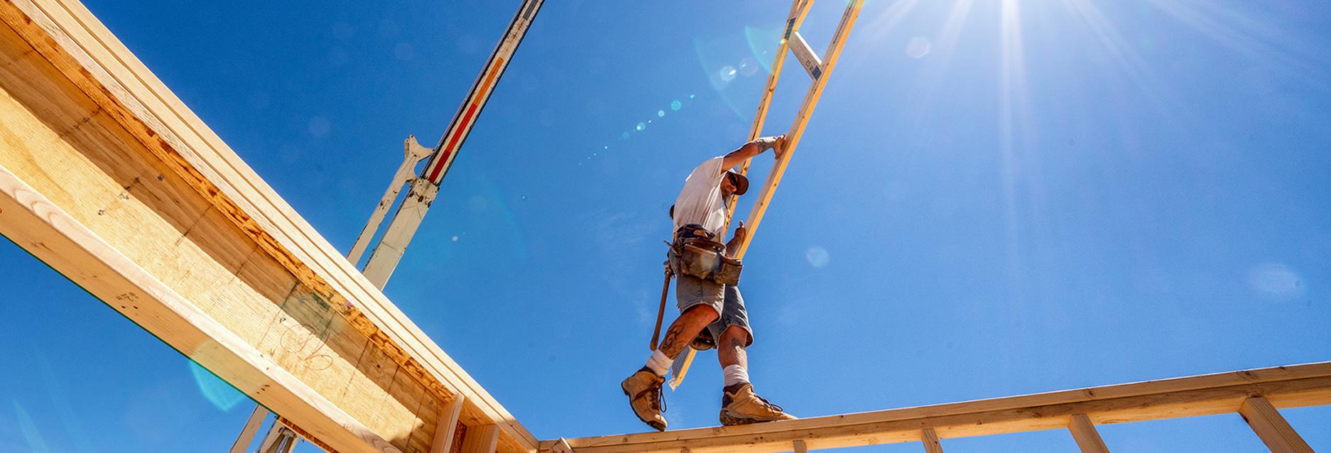 Dachdecker auf dem Dach arbeitend